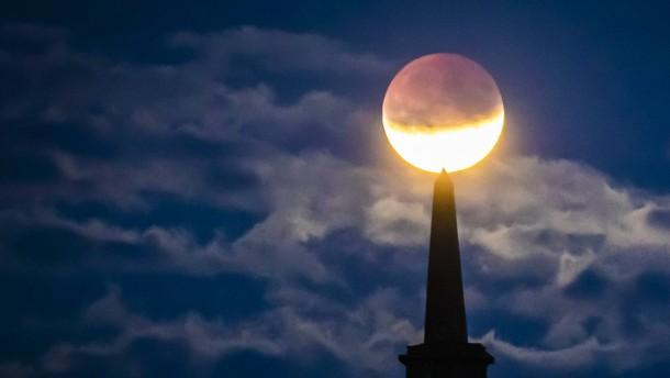 Erdschatten verdunkelt den Mond