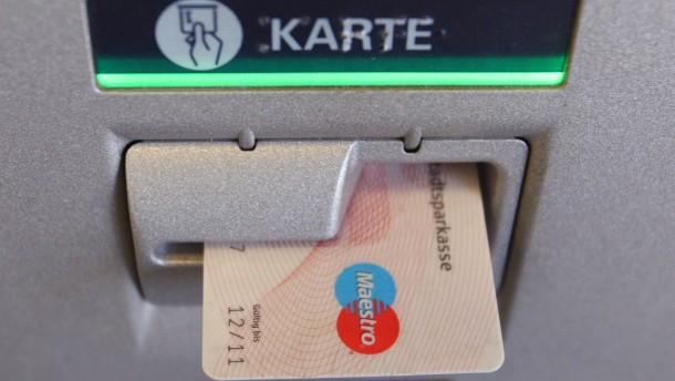 Gebühren an Geldautomaten sinken weiter