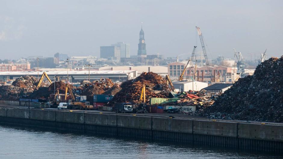 Freie Hansestadt Hamburg: Blick auf den Hafen, im Hintergrund St. Michaelis
