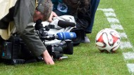 Auch in Zukunft wird ein Großteil der Bundesliga-Übertragungen bei Sky zu sehen sein.