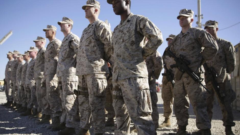 Hossaini fotografierte im Januar 2018 US-Marines während einer Zeremonie zum Kommandowechsel auf dem Militärgelände der Task Force Southwest im Militärlager Shorab in der Provinz Helmand. Nach fast 20 Jahren Einsatz beginnt der offizielle Abzug der internationalen Truppen aus Afghanistan.