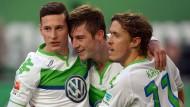 Julian Draxler (links), Robin Knoche (mitte) und Max Kruse jubeln über den Treffer zum 2:0.