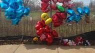 Luftballons und Blumen am Tatort in Cleveland
