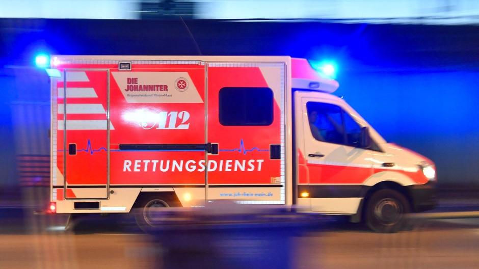 Mit leichter Rauchgasvergiftung: Zwei der Hausbewohner in Darmstadt sind nach dem Waschmaschinenbrand in Krankenhäuser gebracht worden (Symbolbild).