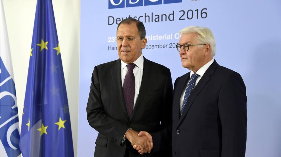 Außenminister Frank-Walter Steinmeier begrüßt beim OSZE-Treffen in Hamburg den russischen Außenminister Sergej Lawrow.