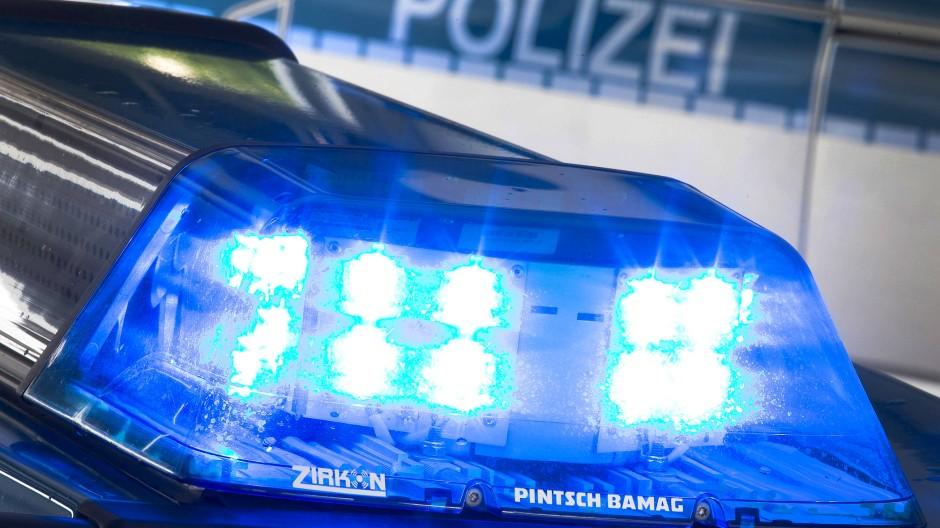 Festgenommen: Der Träger der unechten Maschinenpistole verbrachte wegen seines aggressiven Verhaltens die Nacht in einer Zelle. (Symbolbild)