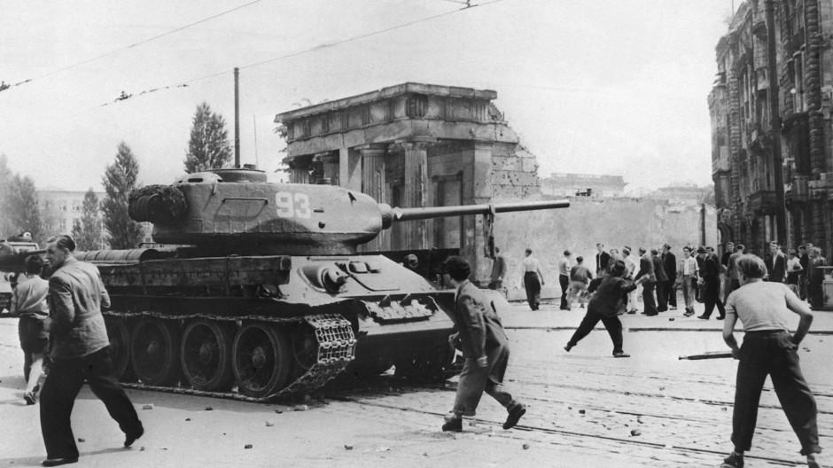 17. Juni 1953: Demonstranten werfen in Berlin mit Steinen nach russischen Panzern.
