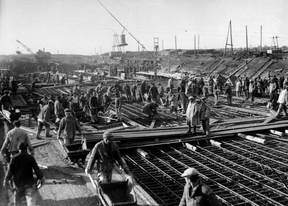 Zwangsarbeit für die sozialistische Rekonstruktion Moskaus: Die Häftlinge des Lagers Dmitlag beim Bau des Moskau-Wolga-Kanals. Er war eines der größten Vorhaben im Fünfjahresplan 1932-1937. Das Lager Dmitlag war damals das größte innerhalb des Gulag.
