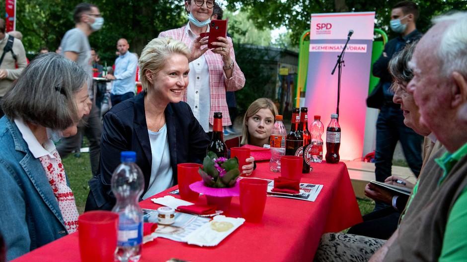Beim Grillfest der SPD in Rostock: Ministerpräsidentin Schwesig
