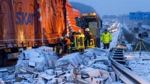 Tausende Unfälle auf glatten Straßen