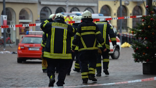 Autofahrer rast durch Fußgängerzone – zwei Tote