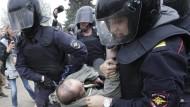 Abgeführt: Russlands Polizisten greifen am Montag in St. Petersburg durch.