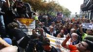 Befürworter der Unabhängigkeit Kataloniens protestieren in Barcelona gegen die Durchsuchungen in den Räumen mehrerer Ministerien der katalanischen Regionalregierung.