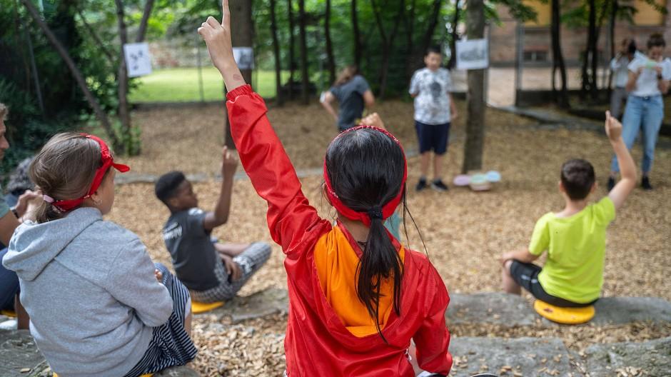 Pantomime auf dem Schulhof: Kinder erraten im Ferienprogramm an der Kirchnerschule Begriffe, die andere darstellen.
