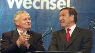 Da war noch alles in Ordnung: 1998 applaudiert der damalige SPD-Vorsitzende Oskar Lafontaine Gerhard Schröder bei einer Wahlkampfveranstaltung.