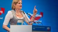 Die Fraktionsvorsitzende der bayerischen AfD Katrin Ebner-Steiner teilt auch gegen Kollegen aus und nicht nur gegen politische Gegner, wie hier am politischen Aschermittwoch 2018.