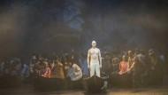 Das allzu Längliche, hier wird's Ereignis: Roman Trekel (als Faust, im Boot) schwebt mit dem Staatsopernchor seiner Verklärung entgegen.