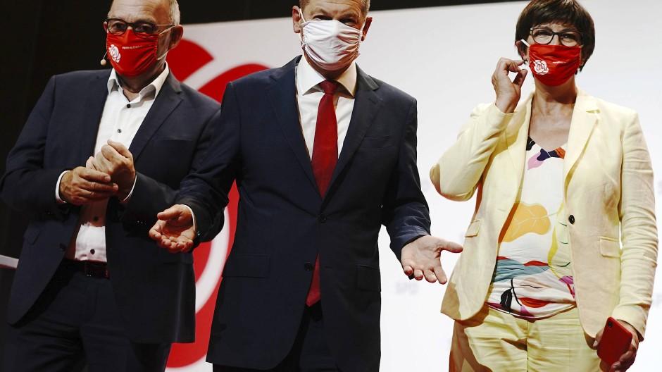 Endlich mal Erster: SPD-Kanzlerkandidat Olaf Scholz mit den Parteivorsitzenden Norbert Walter-Borjans und Saskia Esken am Montag