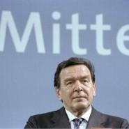 Kanzler der Mitte: Mit dieser vieldeutigen Botschaft warb die SPD bei der Bundestagswahl 2002 für ihren Spitzenkandidaten Gerhard Schröder. Der Plan ging auf. Die 1998 begründete rot-grüne Koalition unter Schröders Führung konnte fortgesetzt werden.