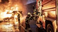Eine Mülldeponie in Reichenbach in Rheinland-Pfalz brennt, Feuerwehrleute wollen sie löschen.