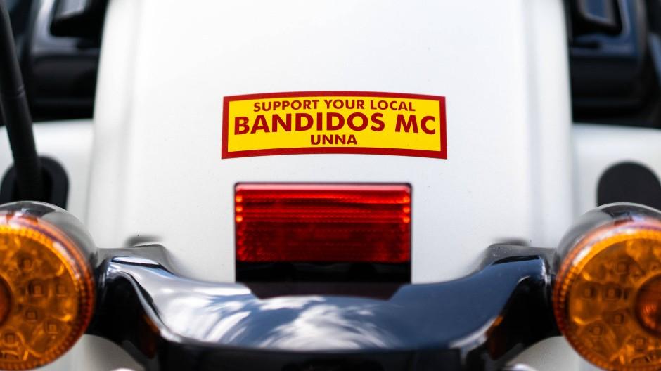 """Hagen: Das Logo """"Support your local Bandidos MC Unna"""" ist auf einem beschlagnahmten Motorrad zu sehen."""