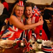 So schön kann Abschied sein: Zwei Frauen feiern bei einer Brexit-Party im Woolston Social Club in Warrington im Nordwesten Englands.