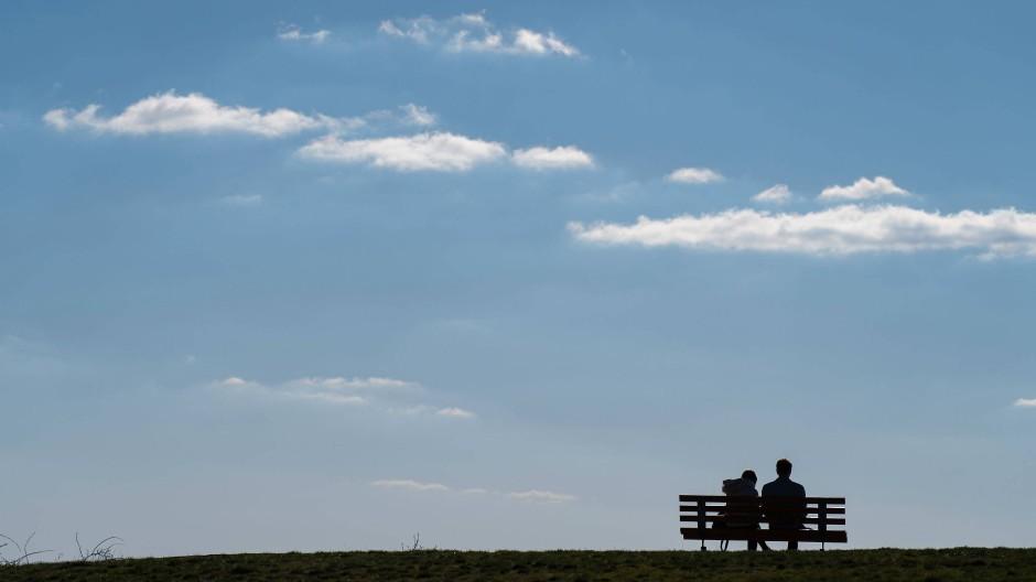 Ist das erlaubt? Ein Mann und eine Frau auf einer Bank im bayerischen Staffelberg.