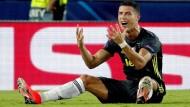 Christiano Ronaldo ist nach seinem Platzverweis am Boden zerstört.