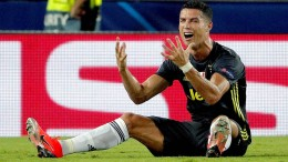 Schiedsrichter Brych zeigt Ronaldo Rot