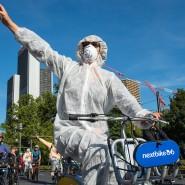 """Demonstranten der Fahrraddemo """"Sand im Getriebe"""" treffen auf die Blockade vor dem Eingang der IAA und grüßen die anderen Protestler"""