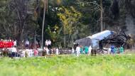 Rettungseinheiten sichern die Absturzstelle nahe des Flughafens der kubanischen Hauptstadt Havanna.