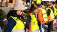 Für mehr Sicherheit im Straßenverkehr: Eltern und Schüler bilden Menschenkette im Frankfurter Nordend.