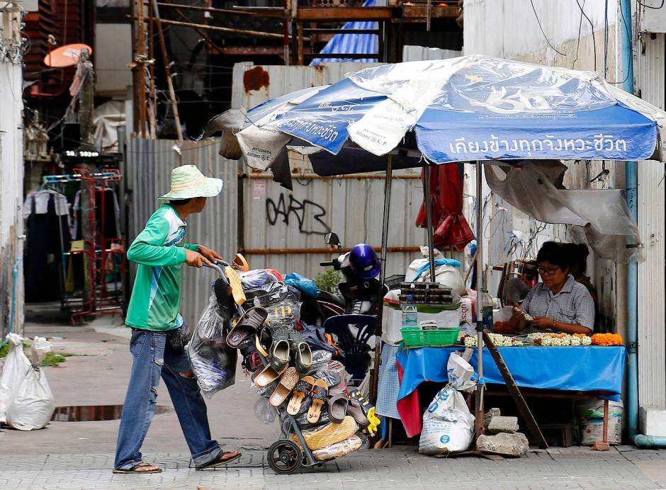 Immer noch ein Lächeln übrig: Straßenhändler in Bangkok