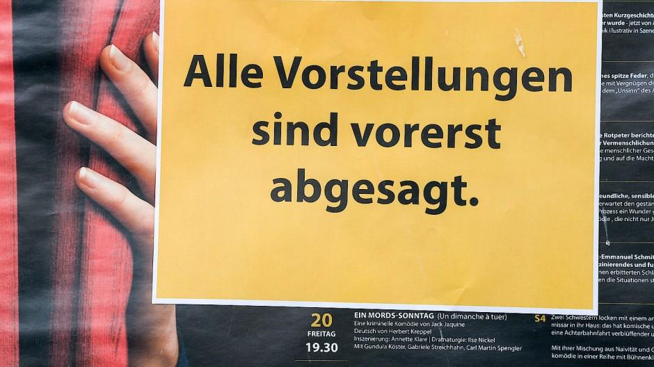 Schild über dem Spielplan des Theaters am Palais in Berlin