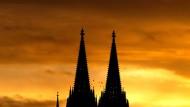 Die Sonne geht hinter dem Kölner Dom auf.