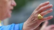 Was folgt für Papst Benedikt? Das Kirchenrecht beinhaltet keine Regelungen für einen Rücktritt