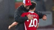 Liverpools Teammanager Manager Jürgen Klopp feiert den Sieg seines Teams mit einer Umarmung von Diogo Jota.