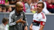Noch nicht ganz auf der Höhe: Pep Guardiola spricht auf Philipp Lahm ein