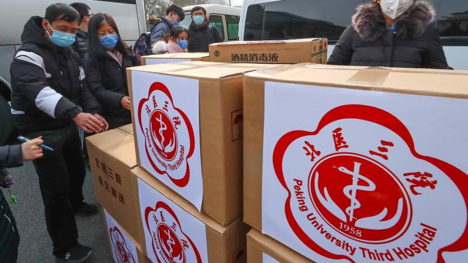 Mitarbeiter prüfen auf dem Flughafen Peking medizinische Güter, die mit einem Team an medizinischem Personal nach Wuhan transportiert werden sollen.
