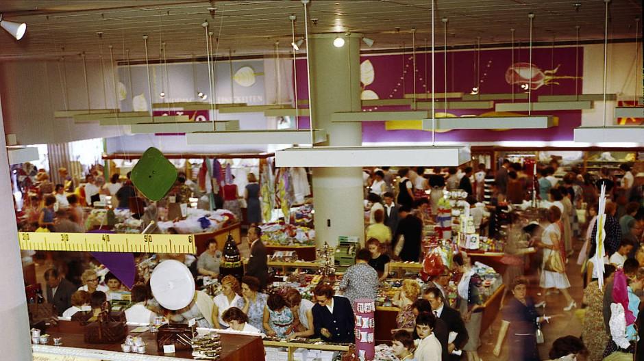 Das waren noch echte Shopping-Erlebnisse mit Grabbeltischen und Schlussverkauf im Kaufhaus.