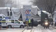 Der zerstörte Bus wird am Donnerstag vom Anschlagsort in Ankara abtransportiert
