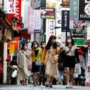 In Seoul sieht der Einkaufsbummel einiger Passanten schon fast wieder wir früher aus.