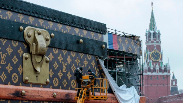 Riesenkoffer auf Rotem Platz abgebaut