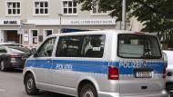 Ein Einsatzwagen der Polizei steht vor dem Karl-Liebknecht-Haus, der Parteizentrale der Linken. Das Gebäude wurde wegen eines Drohschreibens geräumt.