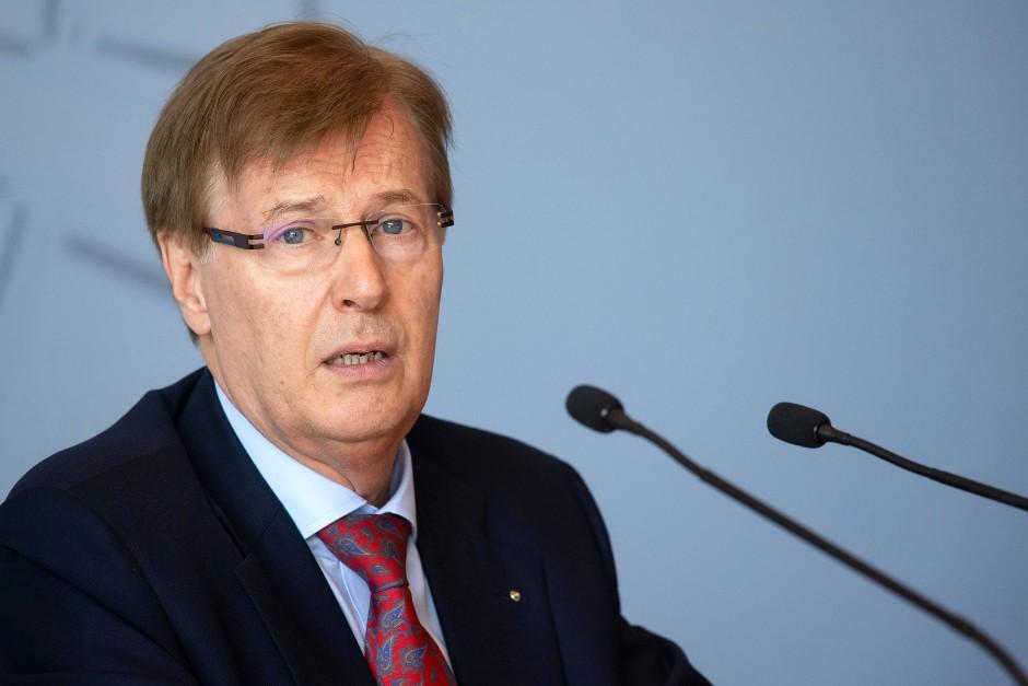 Nordrhein-Westfalens Justizminister Peter Biesenbach (CDU) informiert über Kindesmissbrauch im Internet.