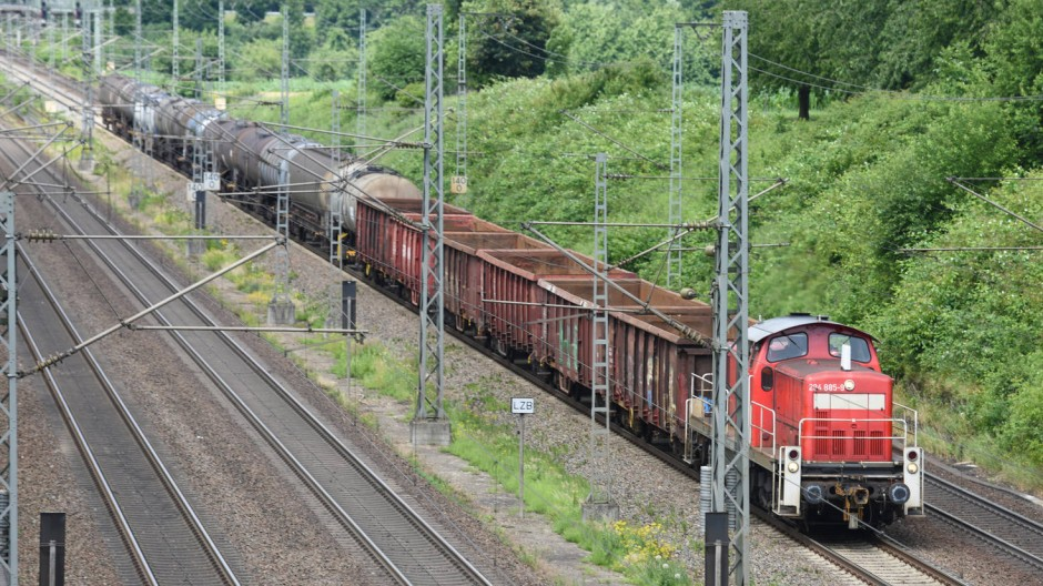 Leere Güterzüge bringen kein Geld – hier im Rheintal.