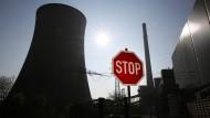 Vor dem Kohlekraftwerk der Steag in Voerde steht ein Stop-Schild.