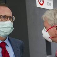 Isoliert: Gesundheitsminister Klose ist in Quarantäne; hier mit Ministerpräsident Bouffier im April in Gießen