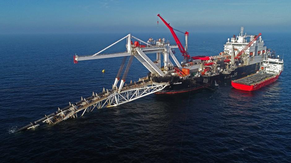 """Das Verlegeschiff """"Audacia"""" des Offshore-Dienstleisters Allseas im Jahr 2019, als es in der Ostsee vor der Insel Rügen Rohre für die Gaspipeline Nord Stream 2 verlegt hat."""