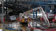 Aufräumarbeiten: Auf dem Gelände der Sondermüllverbrennungsanlage des Chemieparks in Leverkusen sind drei Tanks explodiert.